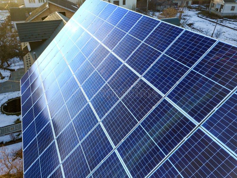 Close-upoppervlakte van aangestoken door voltaic de panelensysteem van de zon blauw glanzend zonnefoto bij de bouw van dak Vernie stock afbeeldingen