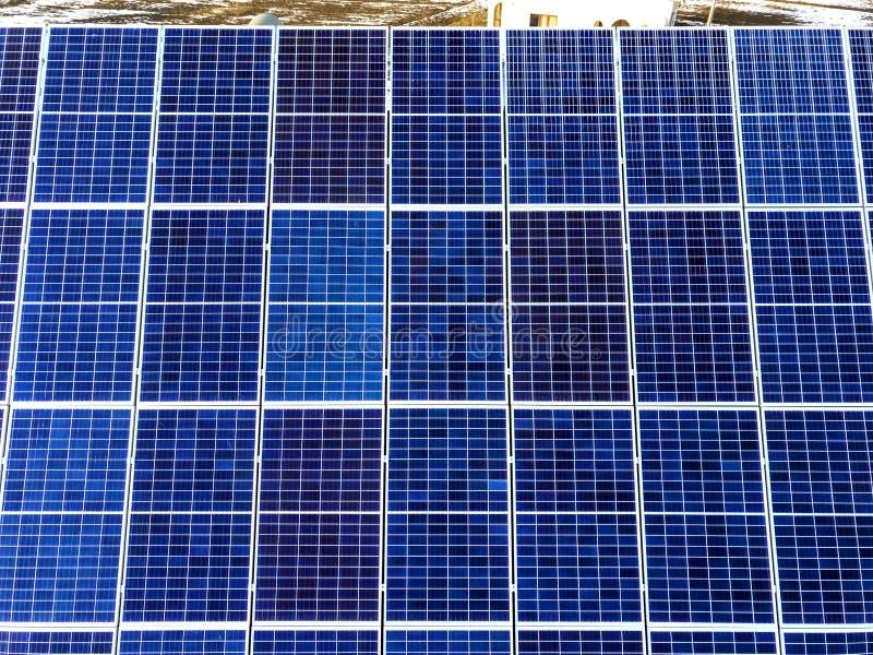 Close-upoppervlakte van aangestoken door voltaic panelen van de zon de blauwe glanzende zonnefoto Systeem die vernieuwbare schone royalty-vrije stock foto