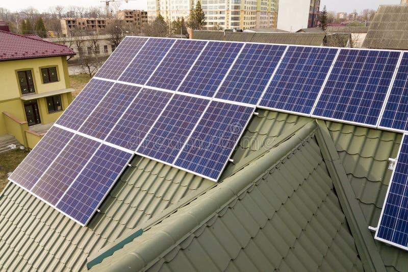 Close-upoppervlakte van het blauwe glanzende zonnesysteem van foto voltaic panelen bij de bouw van dak Vernieuwbare ecologische g stock foto's