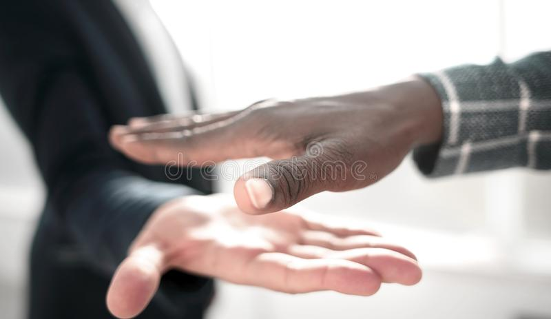 close upp affärsfolk som ut rymmer deras händer för en handskakning arkivbilder