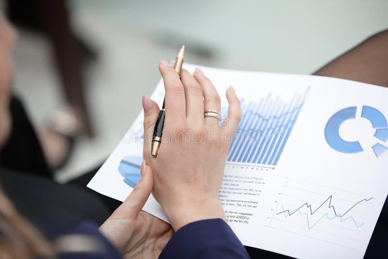 close upp affärskvinnan kontrollerar finansiellt schema royaltyfria bilder