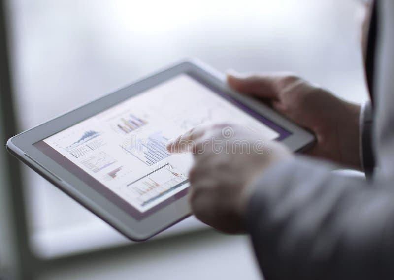 close upp affärsman som analyserar finansiella data genom att använda den digitala minnestavlan royaltyfri fotografi