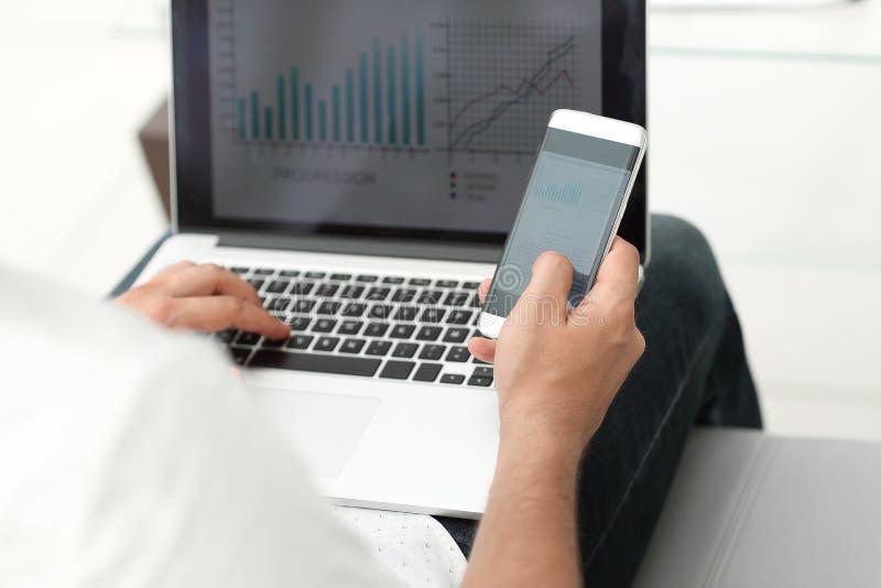 close upp affärsman som använder grejer för revisionen av den finansiella rapporten arkivbilder