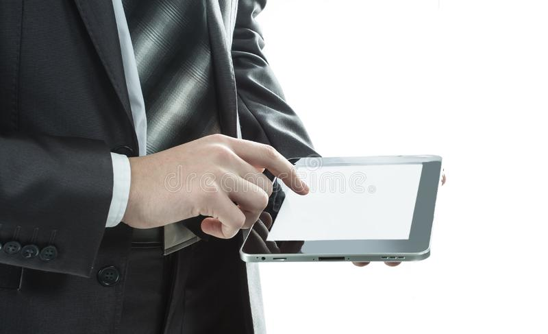 close upp affärsman som knackar lätt på skärmen av den digitala minnestavlan arkivfoton