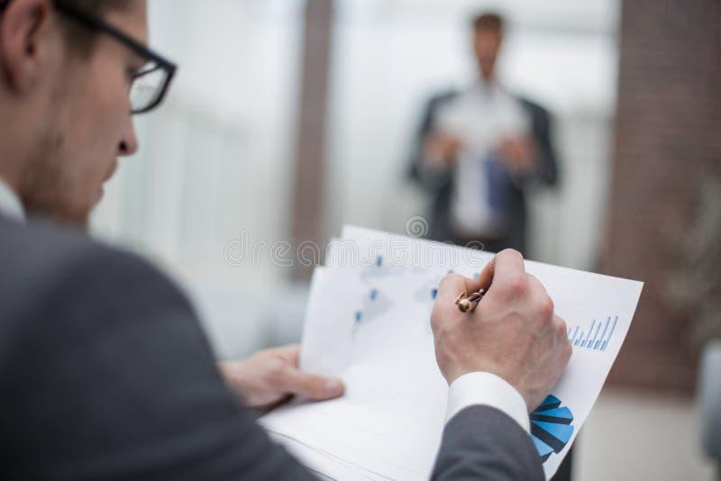 close upp Affärsman som kontrollerar finansiella data arkivbilder