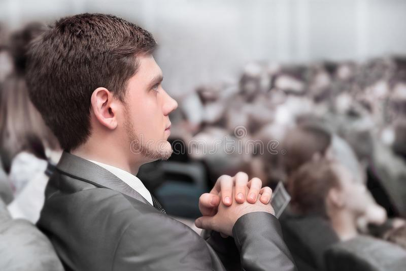 close upp affärsman som lyssnar till högtalaren i konferensrummet arkivbild