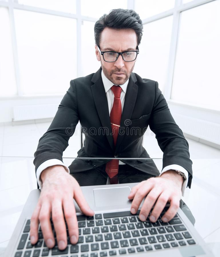 close upp Affärsman som skrivar på bärbar datortangentbordet royaltyfri fotografi