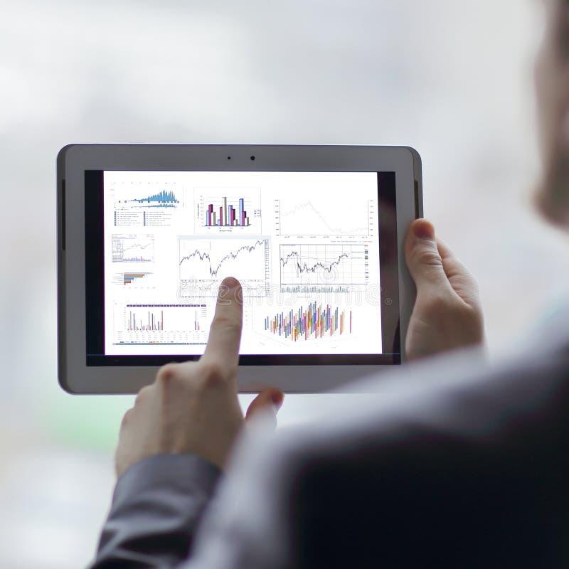 close upp affärsmannen analyserar den finansiella rapporten genom att använda siffran arkivbilder