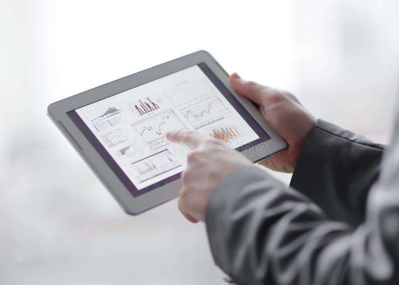close upp affärsmannen analyserar den finansiella rapporten genom att använda siffran royaltyfri bild