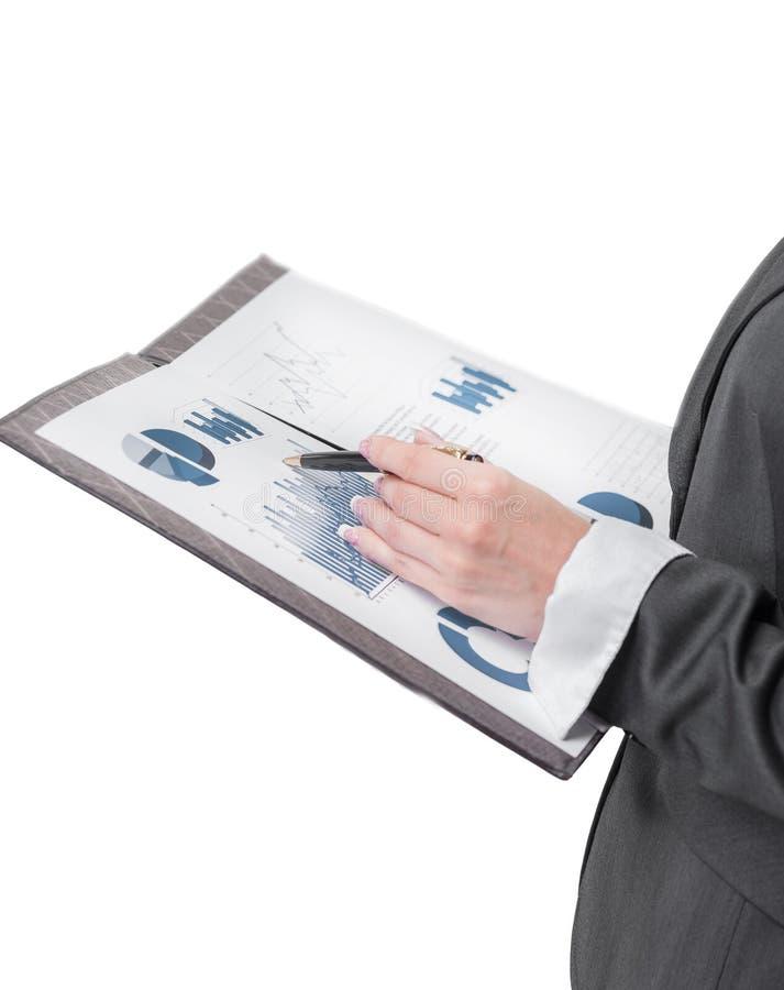 close upp aff?rskvinna som kontrollerar finansiella data royaltyfri bild