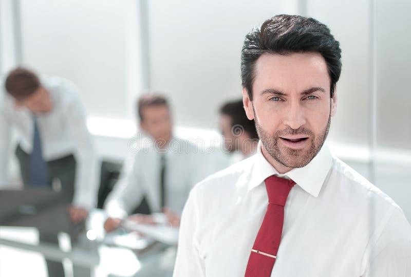 close upp Allvarligt affärsmananseende i kontoret arkivbild