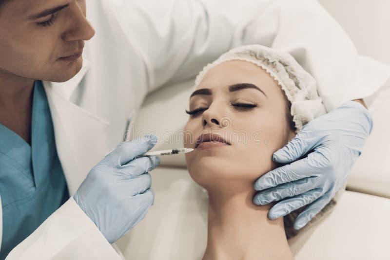 close upp Doktor Doing Procedure i modern klinik royaltyfria bilder