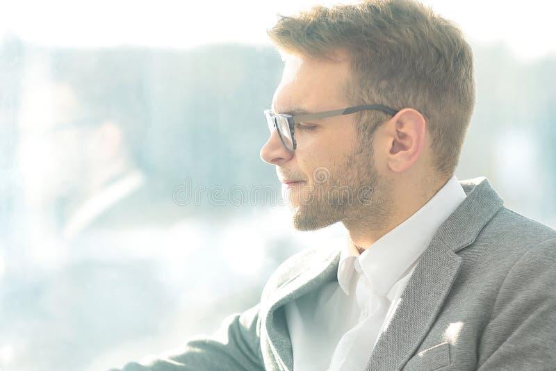 close upp eftertänksam affärsman med e-cigarett sammanträde i avbrottsrummet arkivbilder