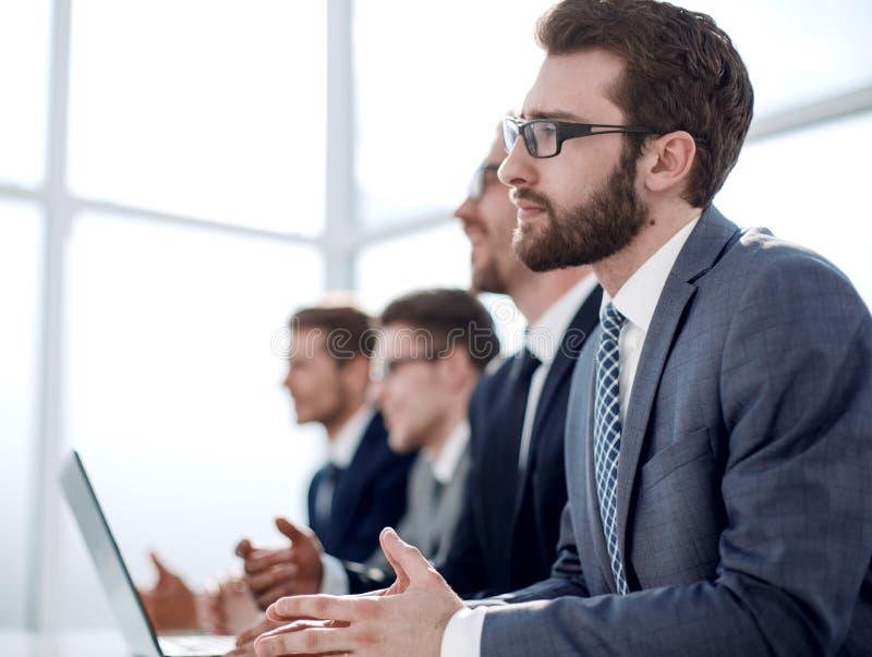 close upp en grupp av affärsfolk i konferensrummet arkivfoton