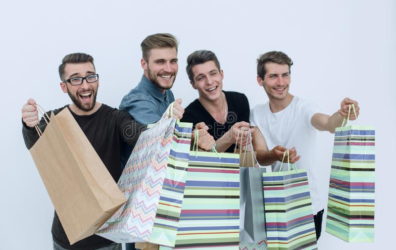 close upp en grupp av vänner med shoppingpåsar som pekar på dig arkivfoto