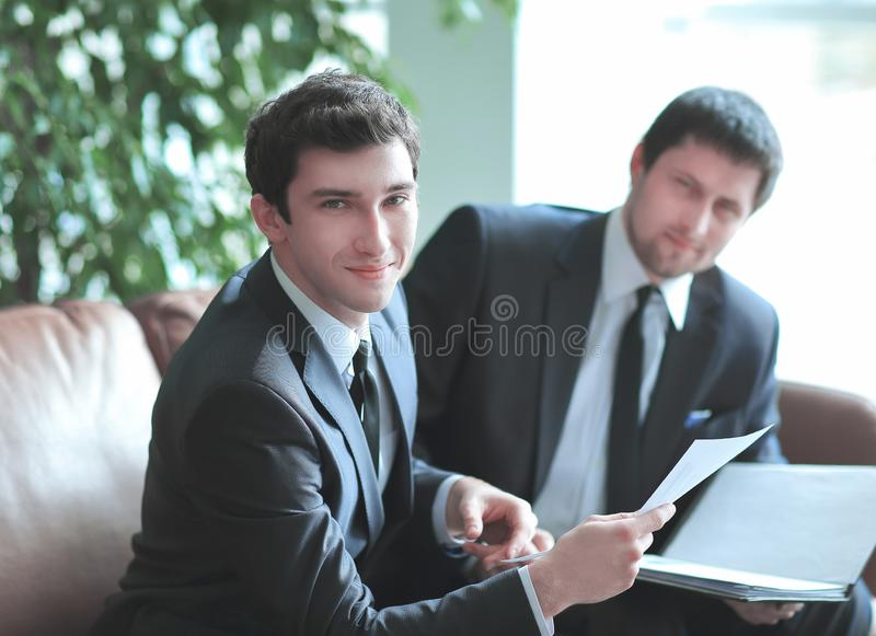 close upp en ung affärsman tar laglig rådgivning arkivbild