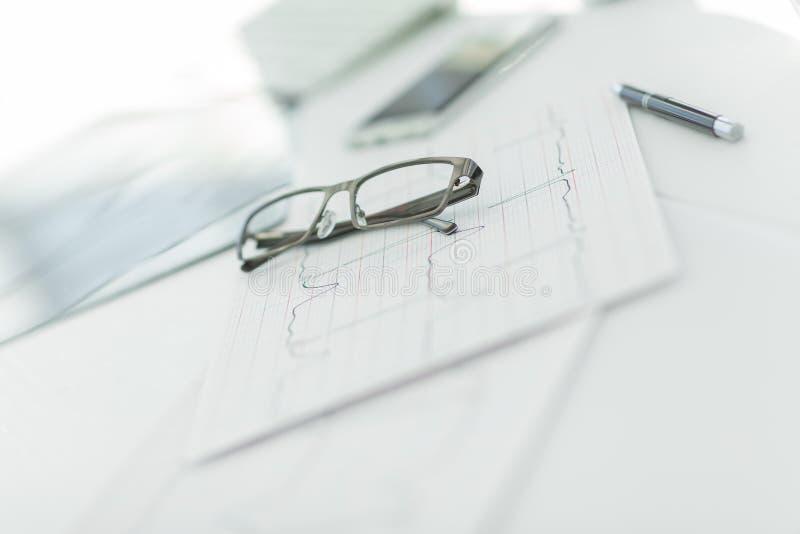 close upp exponeringsglas och penna på terapeutens skrivbord arkivfoton