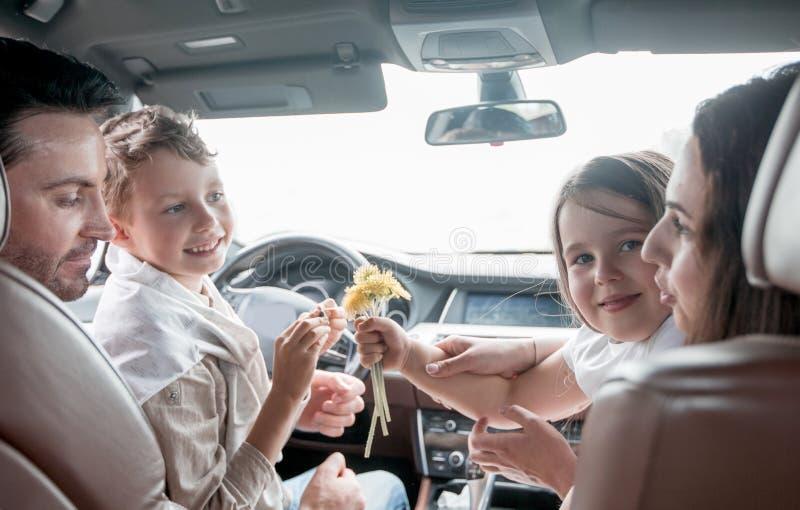 close upp familj som kopplar av i en bekväm bil arkivbild