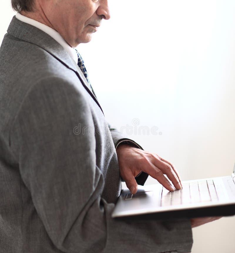 close upp hand av en aff?rsman som anv?nder hans b?rbar dator bakgrund isolerad white royaltyfria foton
