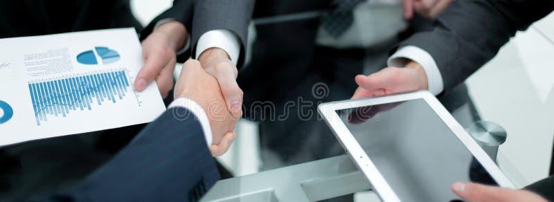 close upp handskakningaffärskollegor fotografering för bildbyråer