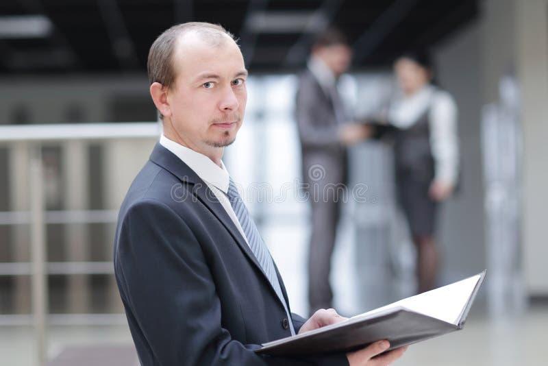 close upp läs- affärsdokument för allvarlig affärsman Stå i kontoret arkivbilder