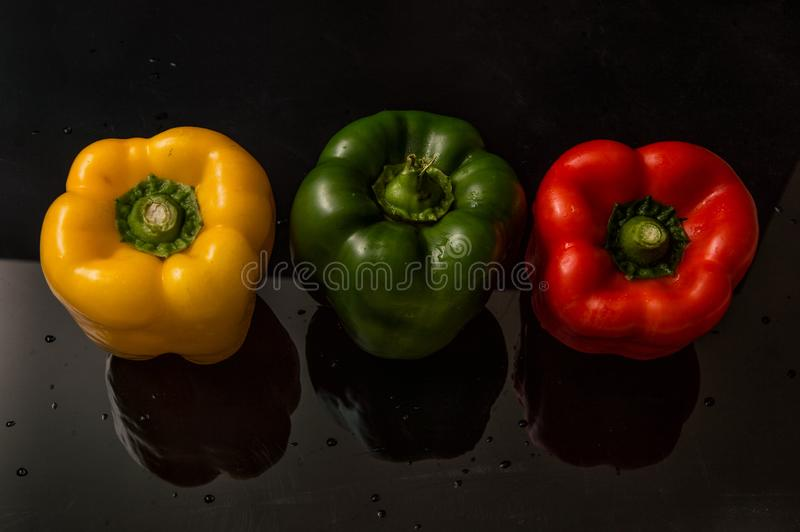 close upp Livlig färgrik paprika för söta peppar Svart bakgrund arkivfoton