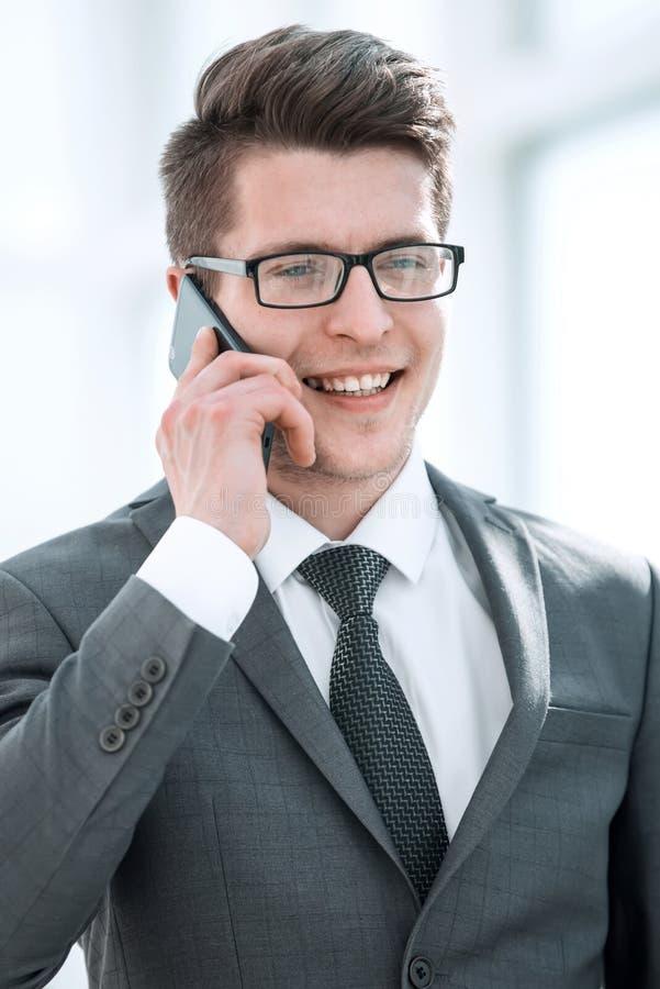 close upp lyckad stilig affärsman som talar på telefonen royaltyfri bild