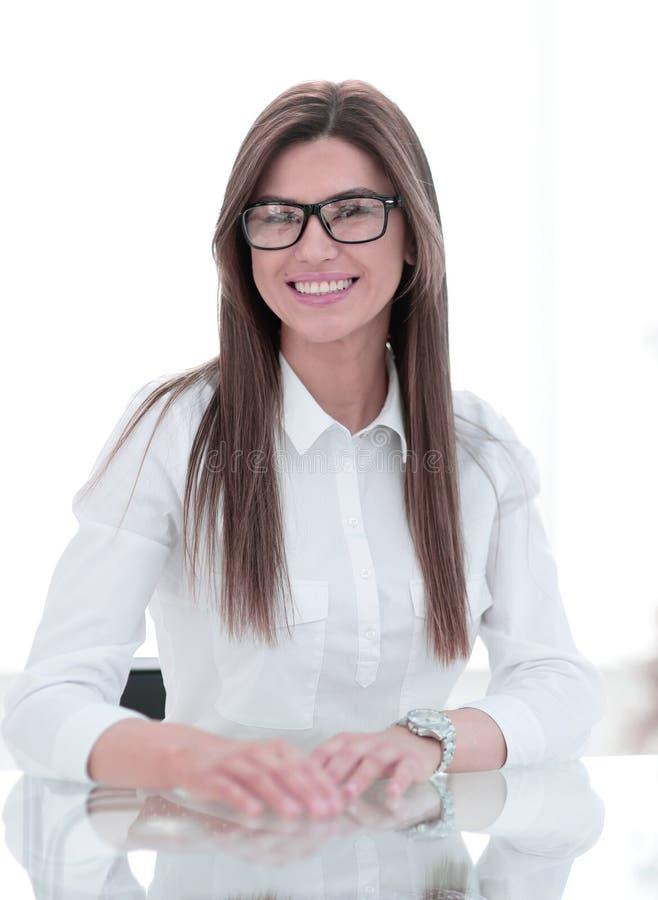 close upp Lyckat sammanträde för affärskvinna på kontorsskrivbordet royaltyfri fotografi