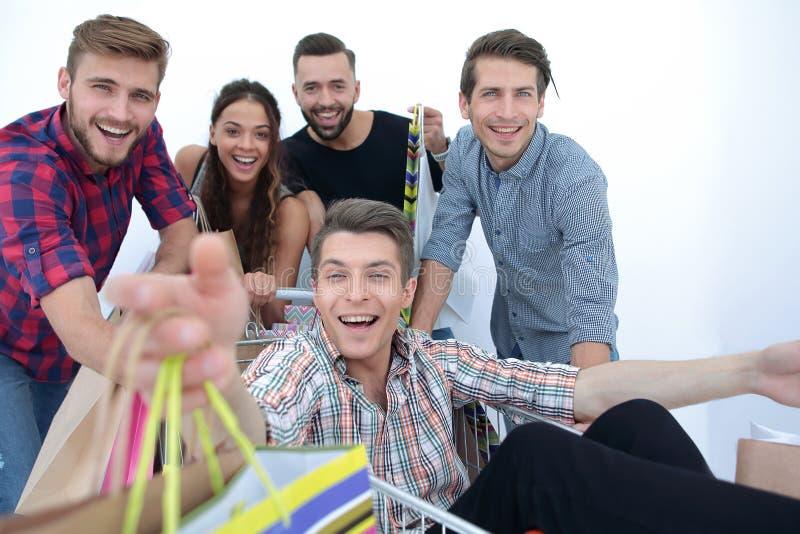 close upp lycklig grupp av att shoppa för vänner royaltyfria bilder