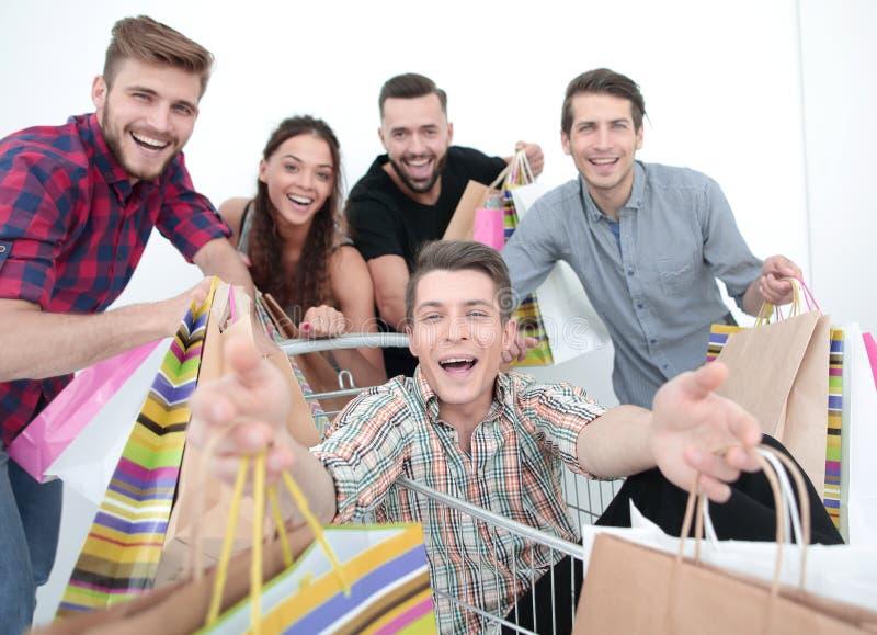close upp lycklig grupp av att shoppa för vänner royaltyfri bild