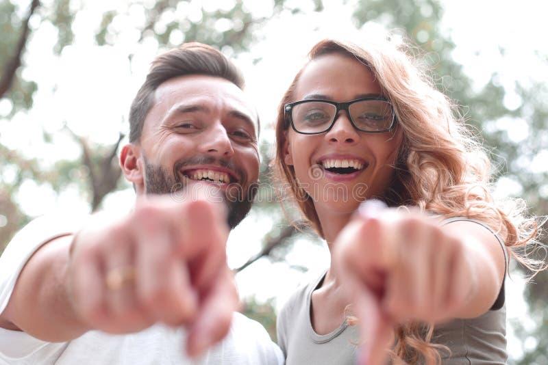 close upp lyckliga nygifta personer som står i parkera och pekar på dig royaltyfri foto