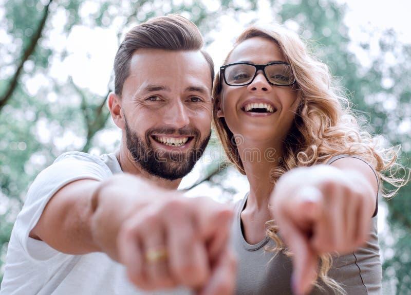 close upp lyckliga nygifta personer som står i parkera och pekar på yoen arkivfoton