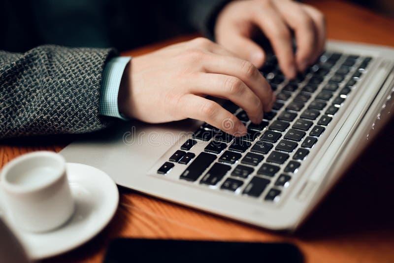 close upp Möte av kinesiska affärsmän i restaurang Mannen använder hans bärbar dator fotografering för bildbyråer