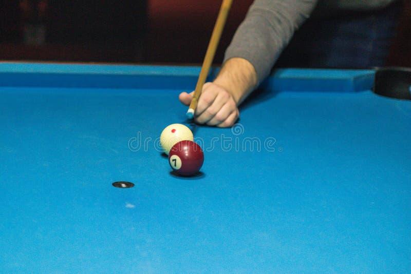close upp mannen spelar billiard royaltyfri foto