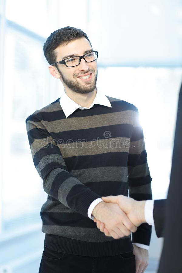close upp modern ung man som skakar handen med chefen royaltyfri bild