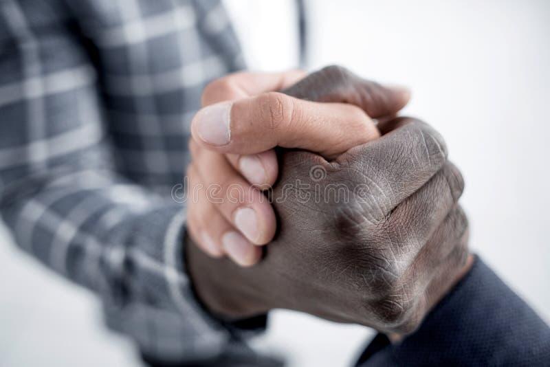 close upp stark handskakning av affärspartners arkivfoto