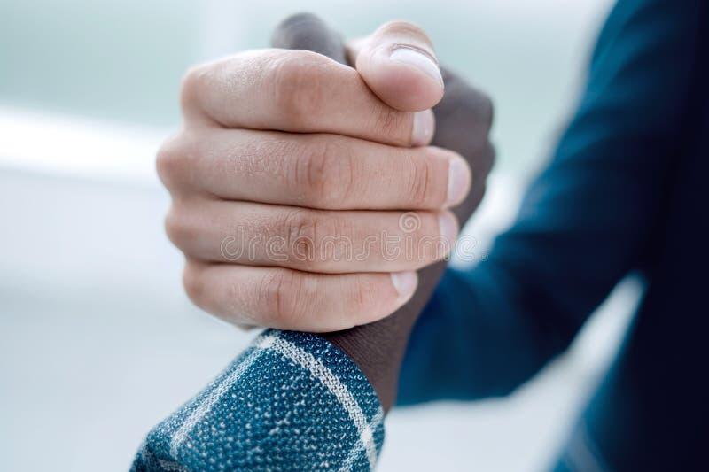 close upp stark handskakning av affärspartners arkivbilder