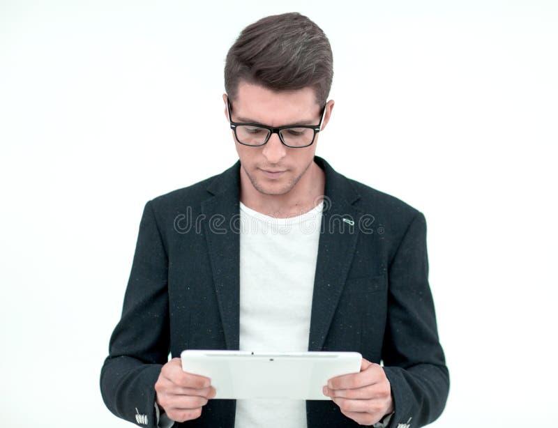 close upp Ung aff?rsman som ser den digitala minnestavlask?rmen fotografering för bildbyråer
