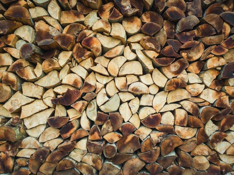 Close-uppatroon van een stapel gespleten logboeken, oud stoffig brandhout Stapeltextuur van droog gehakt hout stock afbeelding