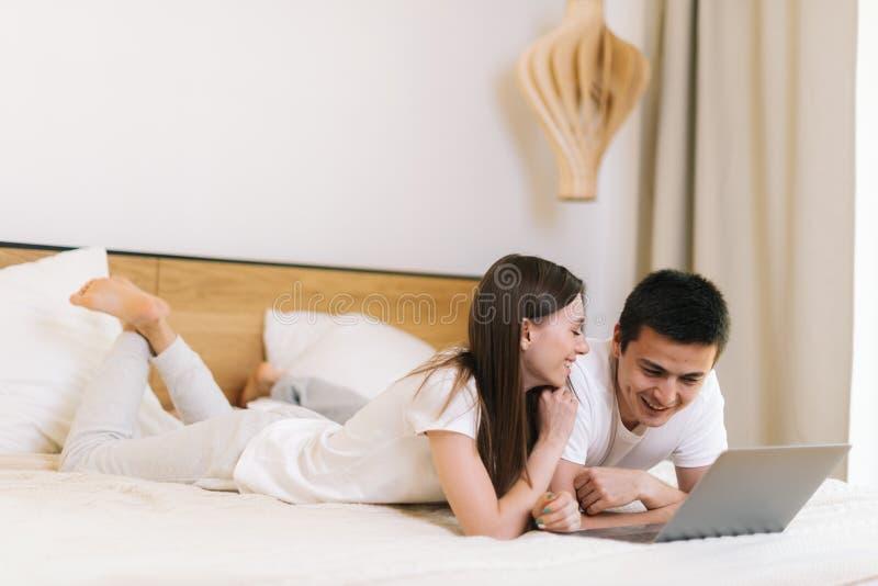 Close-upportret die van jong paar op bed liggen en hun plannen bespreken royalty-vrije stock afbeelding