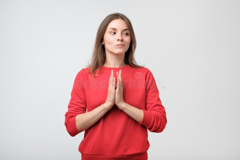 Close-upportret die van sluw, vrij jonge vrouw plannen die iets in kaart brengen stock afbeeldingen