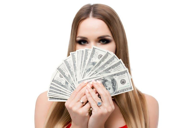 Close-upportret op witte achtergrond van vrouw met mooie ogen en heel wat geld Het meisje behandelt haar gezicht aan oog royalty-vrije stock fotografie