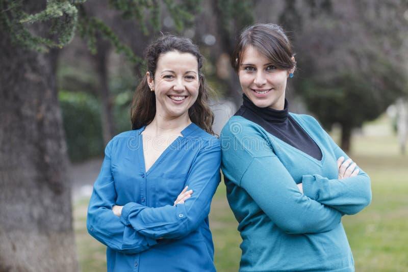Download Close-upportret Twee Vrouwen Stock Foto - Afbeelding bestaande uit rust, eenzaam: 107700382