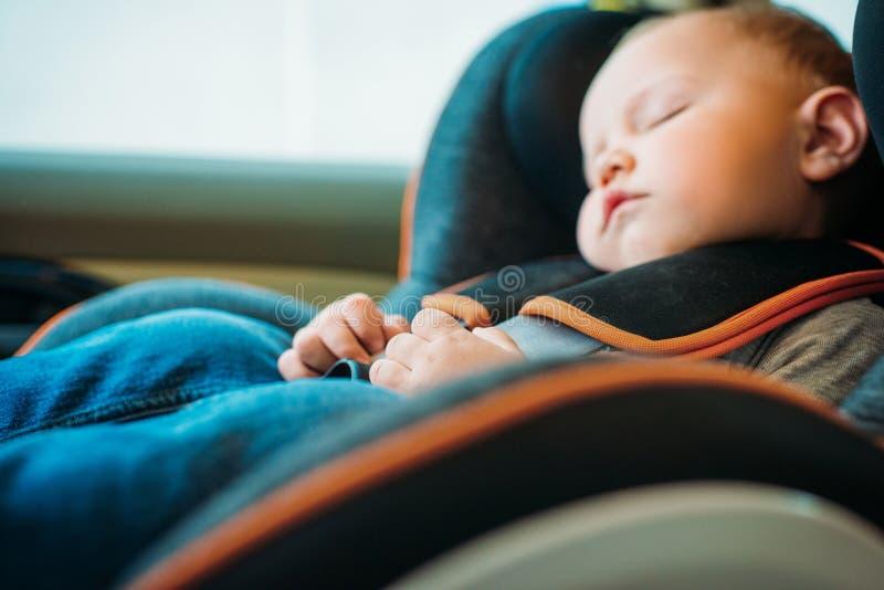 close-upportret van aanbiddelijk weinig babyslaap in kind stock foto