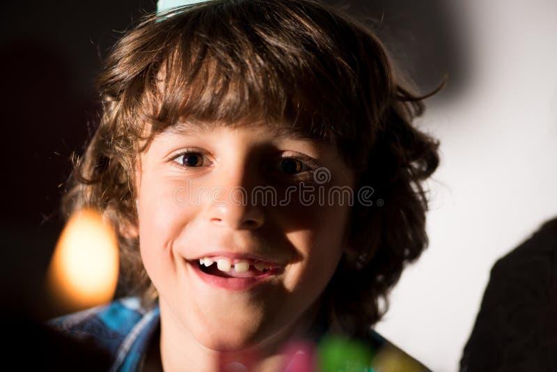 close-upportret van aanbiddelijke gelukkige jongen stock afbeeldingen