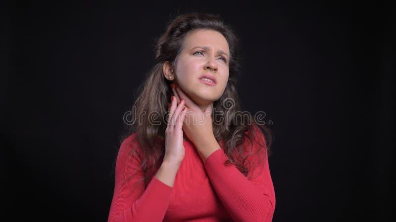Close-upportret van aantrekkelijk Kaukasisch een zieke keel hebben en wijfje die op middelbare leeftijd ziek voor de camera zijn stock fotografie