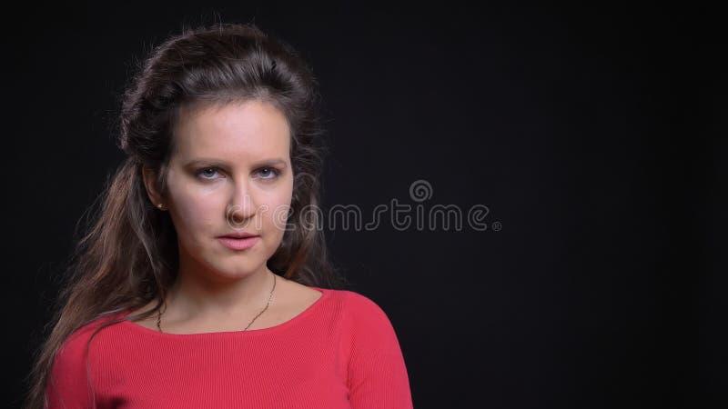 Close-upportret van aantrekkelijk Kaukasisch vrouwelijk model die op middelbare leeftijd recht en voor de camera stellen kijken royalty-vrije stock foto