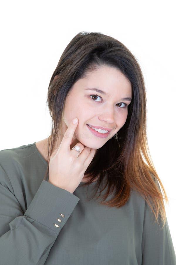 Close-upportret van aardig leuk aanbiddelijk lief aantrekkelijk mooi vrolijk peinzend meisje wat betreft kin stock foto's