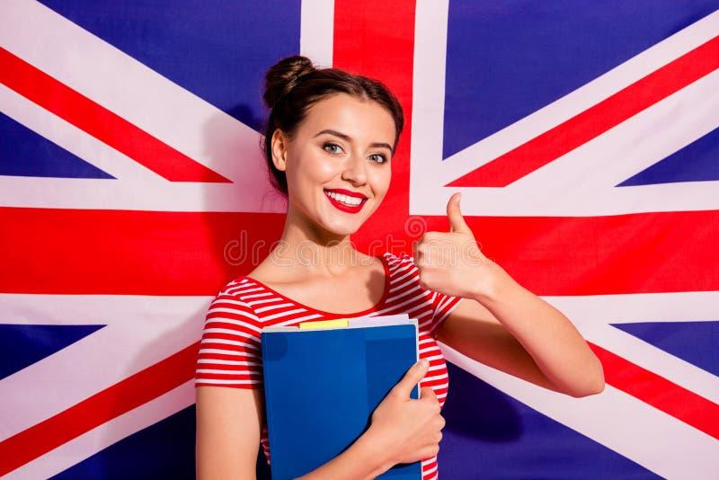 Close-upportret van aardig leuk charmant mooi aanbiddelijk aantrekkelijk vrolijk vrolijk tienermeisje die gestreepte t-shirt drag stock foto