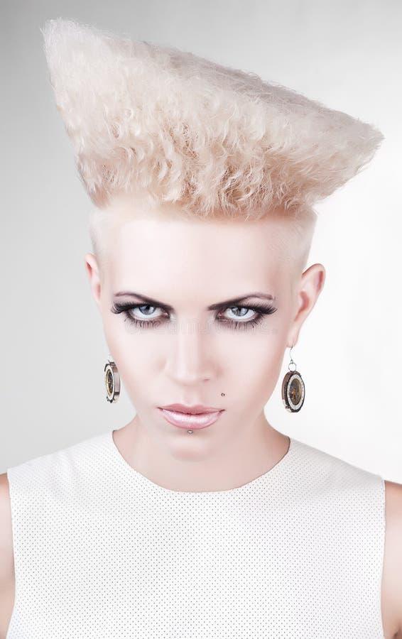 Close-upportret van agressieve punk blond stock afbeelding